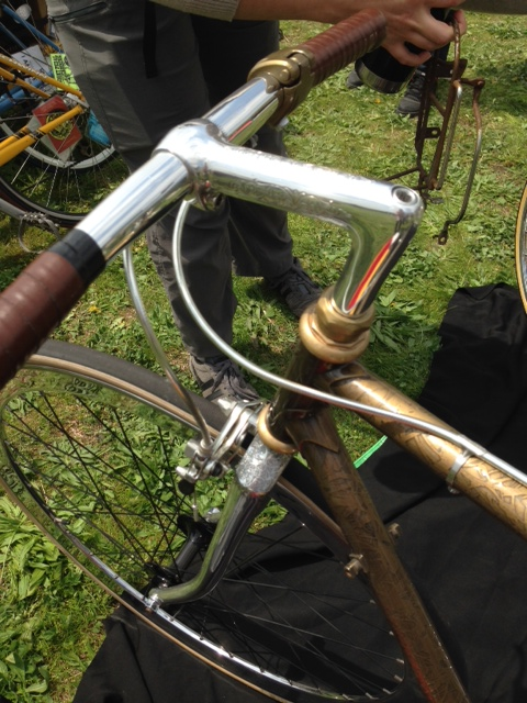 This bike could really use some Walnut Studiolo leather bar wraps to complete it.